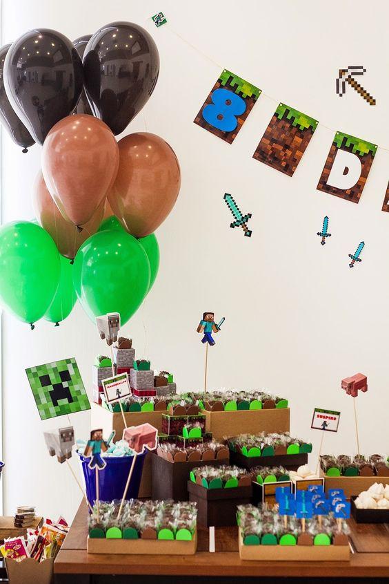 """Uma festa para um mocinho que não queria """"pagar mico"""" com os amigos!!!   Uma mesa simples, mas que ele achou """"IRADA""""!rsrs   Minecraft é o j..."""