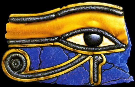 """OCCHIO DI HORUS www.sguardinellogos.blogspot.com  Chiamato anche occhio di Ra, ovvero """"colui che tutto vede"""", esso veniva considerato un amuleto da porre all'interno dei bendaggi del corpo del defunto come augurio di nuova vita, rinascita. L'occhio costituisce nella religione egizia un simbolo di protezione e regalità."""
