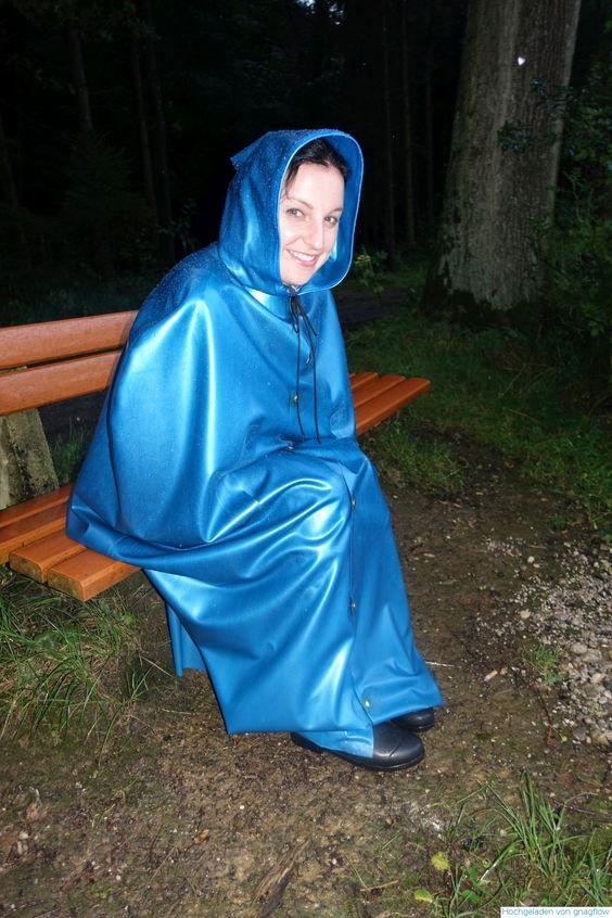 Im blauen geschlosenem Latexcape auf den Freund wartend