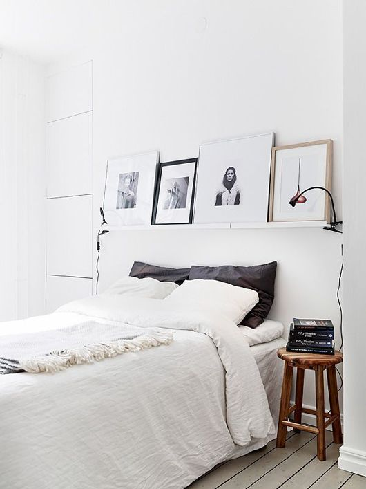 I'm totes digging this minimalist bedroom. Particularly the shelf with art work.: