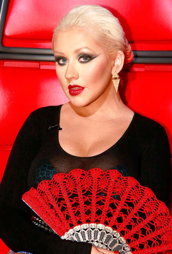 Christina Aguilera has lots of (handheld) fans... and one of them is from Modern Crochet Club!!!!!!!: