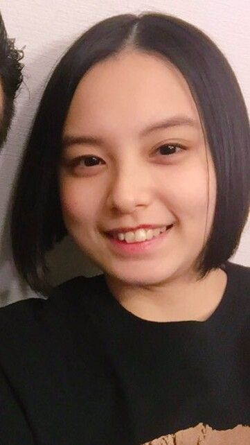 黒いシャツを着て笑っている渡邊璃生の画像