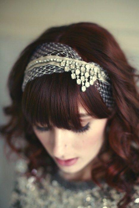 """Source: Lo Boheme  Cet accessoire est un bon compromis quand on ne veut pas porter de voile (comme moi!)… Le headband est aussi la bonne solution quand on a une frange.  Un peu de dentelle, quelques strass, un joli ruban et on habille avec classe une simple coiffure. Il faut savoir que de plus en plus, les cheveux lâchés font la part belle au traditionnel chignon…  On peut acheter en ligne cet accessoire sur le très beau site """"Lo Boheme"""" pour 165$."""