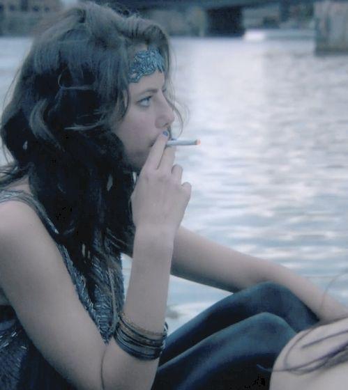 Eu tipo adoro imagens da kaya fumando acho q ela fica linda