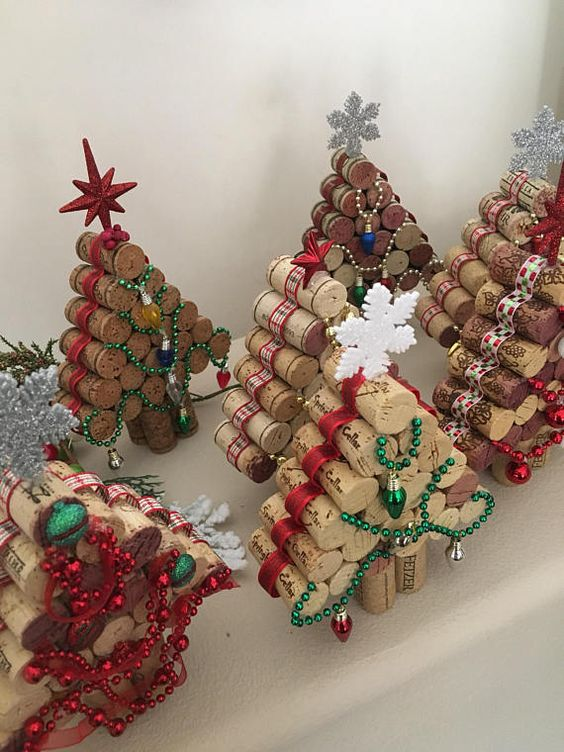 Estos corcho del vino árboles de Navidad vienen en dos estilos diferentes. Uno con luces (no operativas) y otro con adornos. Son aproximadamente 7-1/4 a 9 pulgadas de alto por 5-3/4 pulgadas de ancho. Las alturas varían debido a los tamaños diferentes de corcho. Considero mi árbol