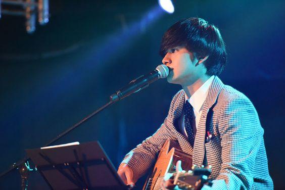 ギターを弾きながら歌っている北村匠海です。
