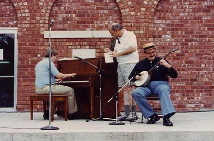 PIEDMONT BLUES  El Piedmont blues es un género de música blues, popular durante los primeros años del Siglo XX y caracterizado por una particular técnica de tocar la guitarra sin púa. Dicha técnica utiliza un patrón rítmico de bajo alternado, basado en la pulsación alternada de dos notas graves con el pulgar, para complementar una melodía ejecutada en las cuerdas altas. El resultado de esta técnica asemeja el sonido de la guitarra al de un piano tocando ragtime, estilo muy popular en la…