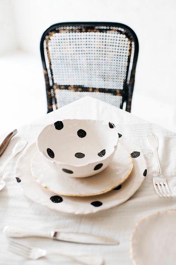 Vajilla de cerámica blanco roto con lunares negros Vajilla completa de 6: - 6 platos llanos (25 cm diámetro aprox) blanco roto y lunares negros - 6...