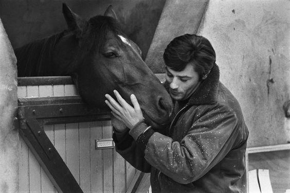 1972. L'acteur français Alain Delon aime et se passionne pour les chevaux de course.Deja propriétaire de cinq chevaux de plat, il achète 9 poulains est pouliches trotteurs qui porteront ses couleurs. Photo : Patrice Habans/ Paris Match.