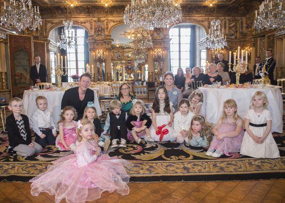 Prinses Leonore vooraan in haar roze prinsessenjurk