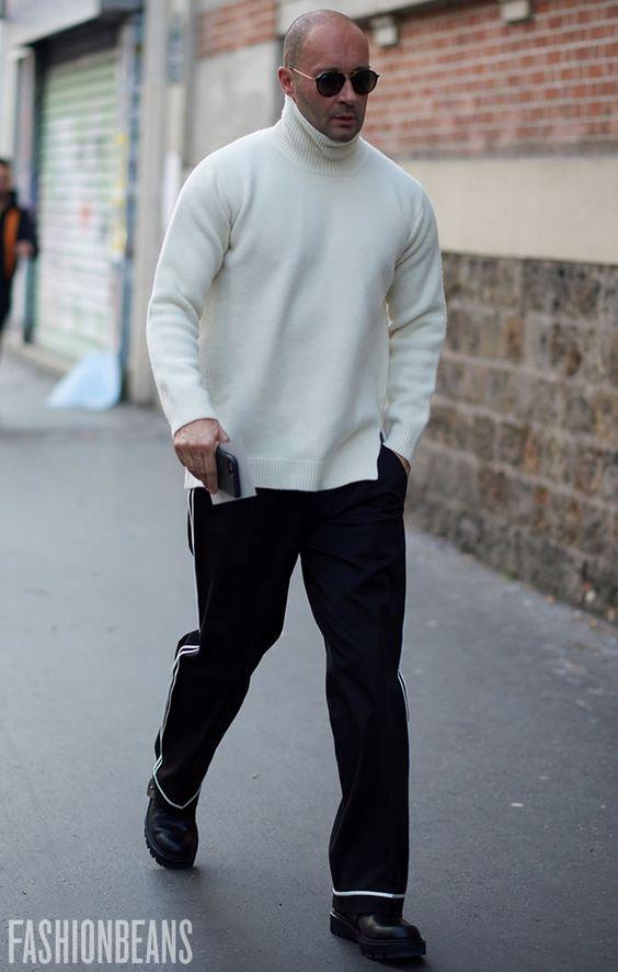 白ニット×サイドラインパンツ×ワークブーツ