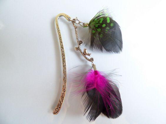 Marque,page en plumes naturelles vert fuchsia , pic à cheveux , pic à chignon