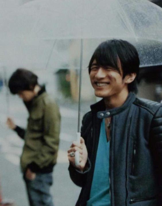 傘をさす桜井和寿さんのmr.childrenの壁紙