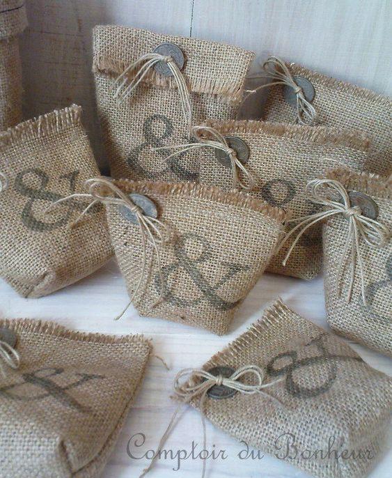 D autres petits sacs en toile de jute