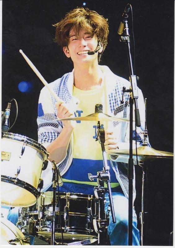 笑顔でドラムを叩く中島裕翔