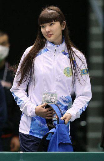 白いジャージを着たダウンヘアスタイルのサビーナ・アルシンベコバのかわいい画像