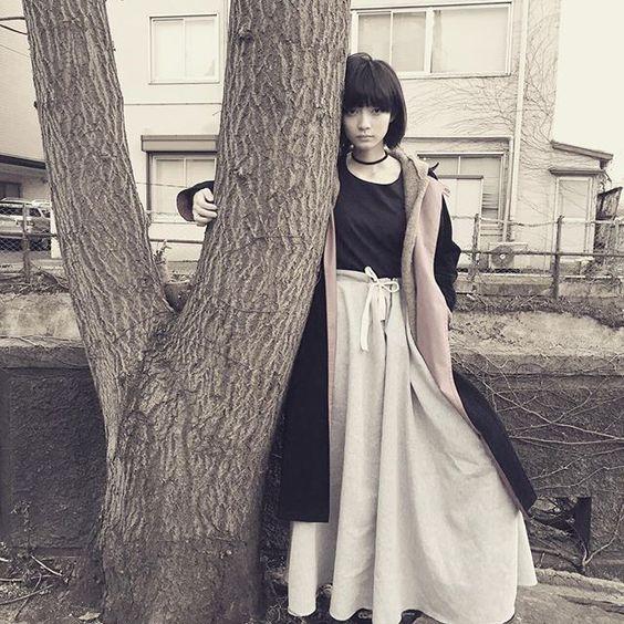 木に抱き着いている田中真琴
