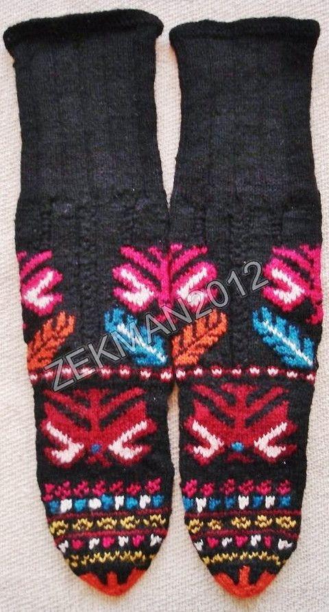 Стара традиционна handknitted вълнена женски чорапи от региона Велинград (Югозападна България).  В средата на 20-ти век .: