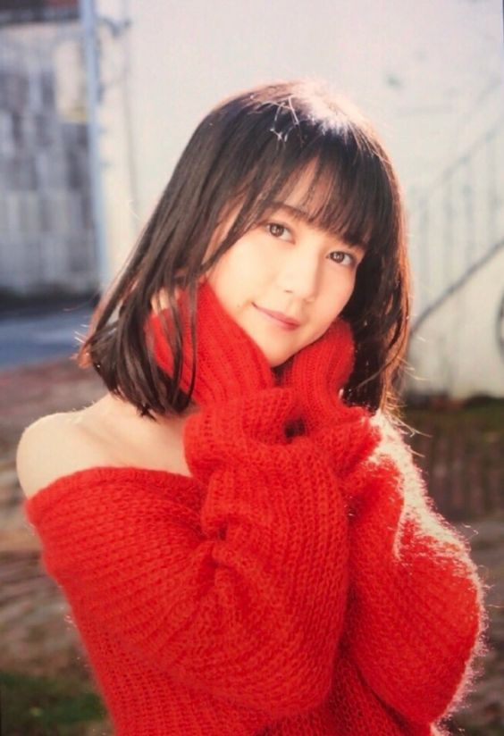肩出しの赤いセーターのかわいい生田絵梨花