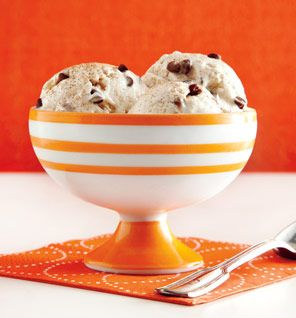 Peanut butter, banana frozen yogurt at home - four ingredients and no ice cream maker necessary! Only 159 calories!
