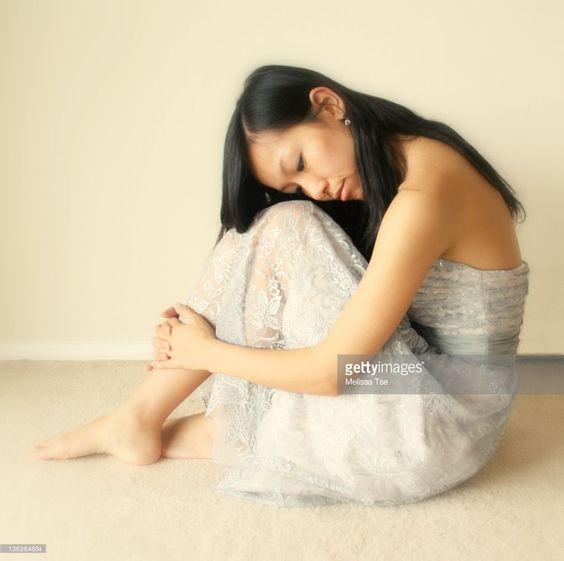Sad woman resting her head on her knees : ストックフォト