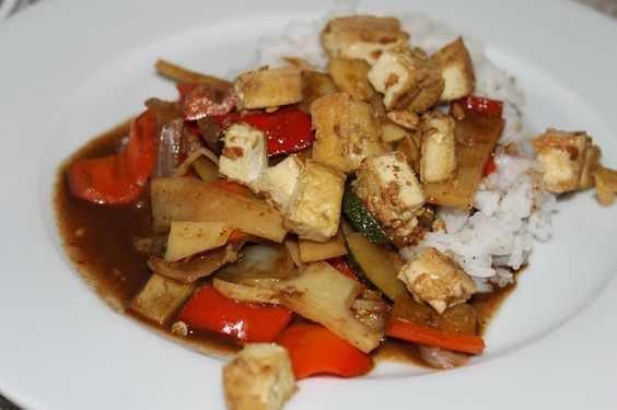 Gemüse in Hoisin-Soße und gebratener Erdnuss-Tofu