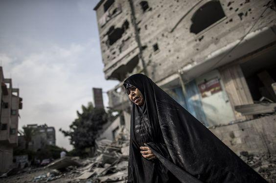 GAZA. Una mujer palestina en las ruinas dejadas por el fuego israelí en el distrito de Jabalia del norte de la Franja de Gaza. (AFP)
