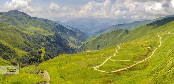 Хевсурети — высокогорная область на северо-востоке Грузии, окруженная высочайшими вершинами Большого Кавказа, на границе с Чечней и Ингушетией. Эта земля из-за своей труднодоступности скрыта от внешнего мира. Добраться сюда можно только на машине. причем дорога открыта только 7 месяцев в году, все остальное время дорогу заметает снегом, и область становится отрезана от Большой Земли.
