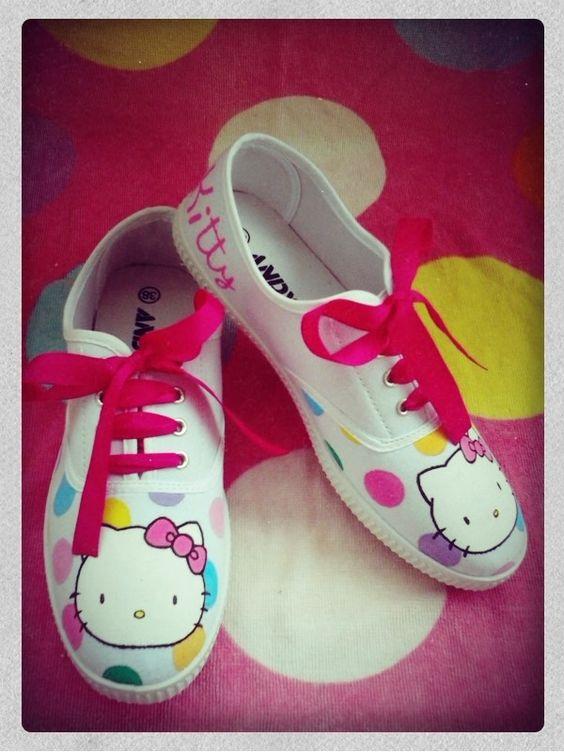 """Zapatillas pintadas Hello Kitty Lunares Detalle: en la parte de detrás el nombre de Sara y """"Hello Kitty"""""""