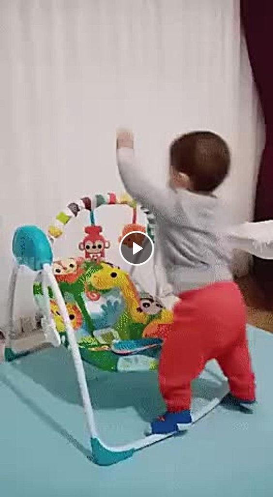 Parece que esse bebê não precisa da ajuda de ninguém para se divertir