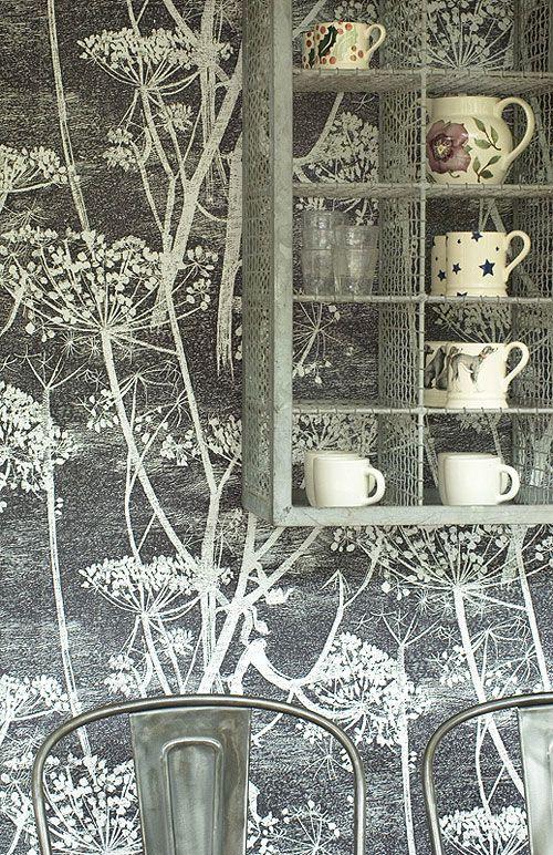 Papel de pared modelo Cow Parsley fabricado por Cole & Son, precioso contraste en una cocina.En Lima solo en www.italier.pe