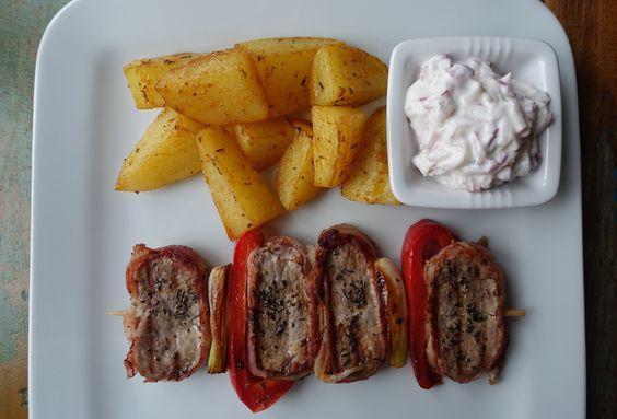 """Nach den vegetarischen """"Schweinchen-Burgern"""" möchte ich euch heuteein Gerichtmitechtem Schwein präsentieren: Schweinemedaillons im Speckmantel am Spieß mit Thymian-Kartoffeln und Radieschen-Tsat…"""