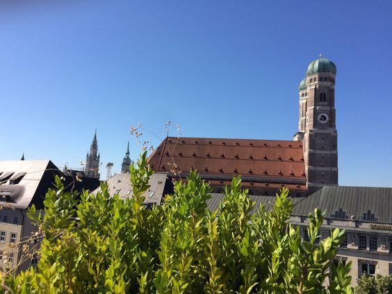 Blick von der Dachterrasse des Bayerischen Hofes auf die Frauenkirche in München. / View from Hotel Bayerischer Hof, Munich