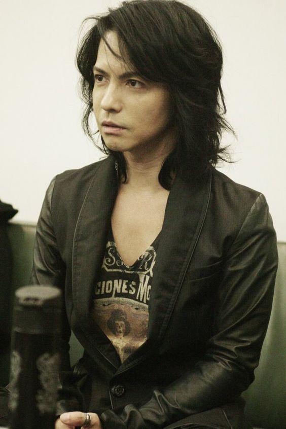 黒髪ボブスタイルの黒いジャケットを着たL'Arc〜en〜Ciel・hydeの画像