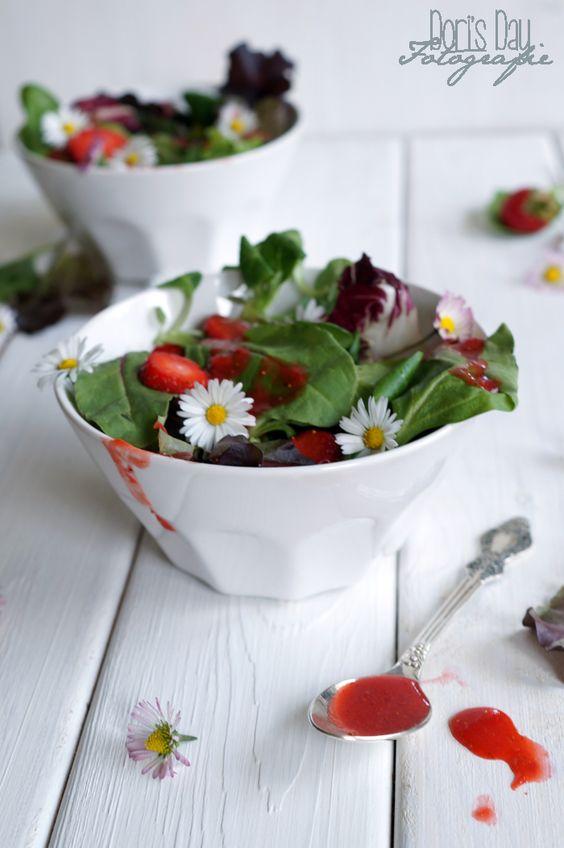 Der Salat mit Erdbeerdressing und Gänseblümchen sieht nicht nur nach Sommer aus, er schmeckt auch so.