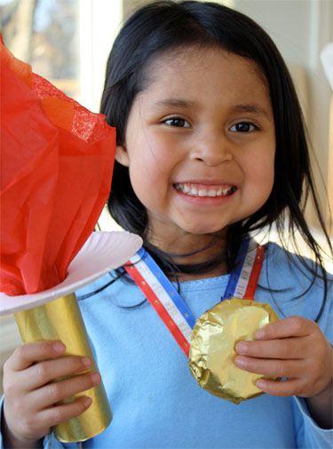 Wie süß, eine stolze Gewinnerin! Olympisches Feuer und Medaille selbst gebastelt.