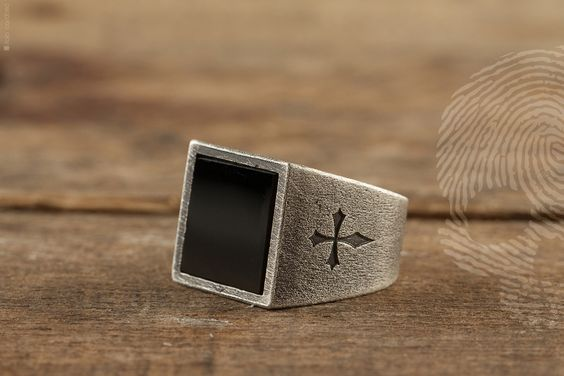 anel masculino DOM by QUO. Feito à mão em prata italiana 925. Aplicação de pedra Onix Negra quadrada. Entalhe lateral da cruz de Santiago de Compostela. #exclusive