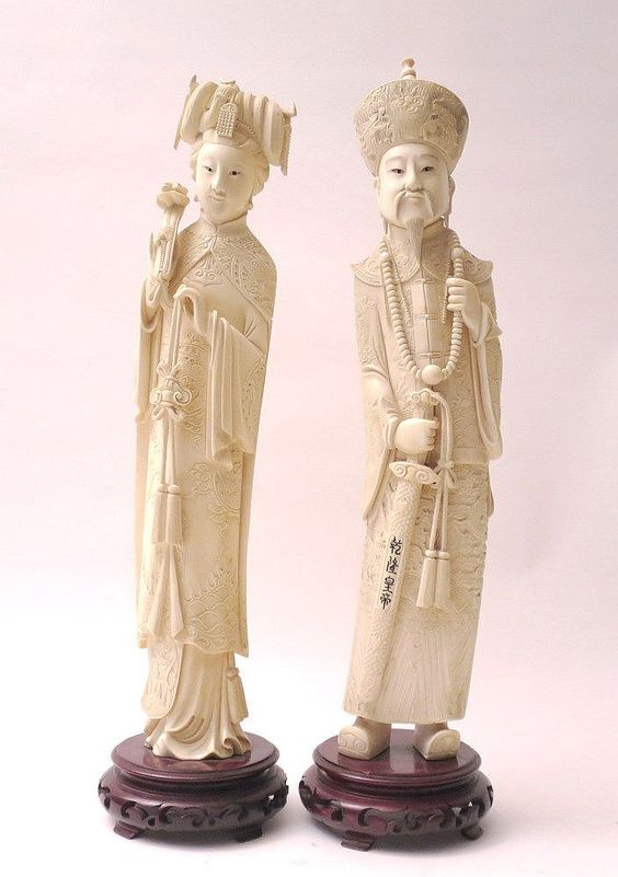 GRANDE COPPIA DI SCULTURE IN AVORIO, CINA, XIX SECOLOraffigurante Imperatore e Imperatricecm 48A PAIR OF TALL CHINESE CARVED IVORY FIGURES OF EMPEROR AND EMPRESS, 19TH CENTURY