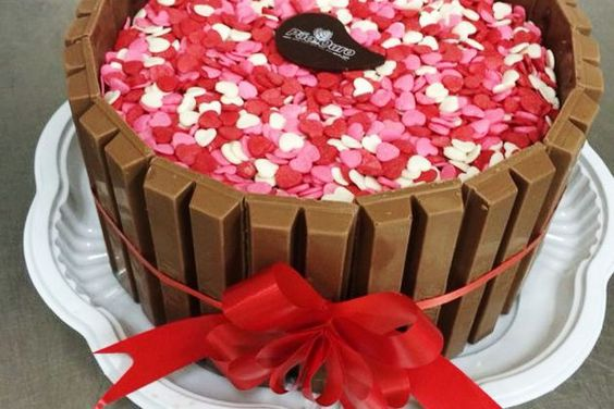Prepare um bolo decorado para festas e enfeite com saborosas barrinhas de Kit Kat em volta. Embora a receita seja trabalhosa, a massa do bolo é simples e o recheio e cobertura são de brigadeiro.