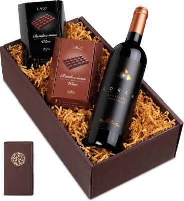 Dunkle Verführung Präsent: Schokolade und Wein sind das perfekte Paar, weil sich viele Geschmackskomponenten ergänzen und der kombinierte Genuss eine leckere Aromenexplosion erleben lässt. https://www.plus.de/p-1673968000?RefID=SOC_pn