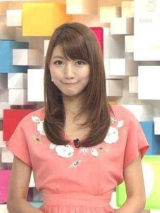 番組収録でピンクのワンピースを着ている三田友梨佳アナの画像