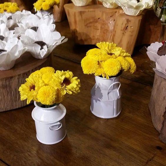 Mimo na leiteira. #flores #floresdocampo #decoração #casamento #miniarranjos #artefloral #mimo