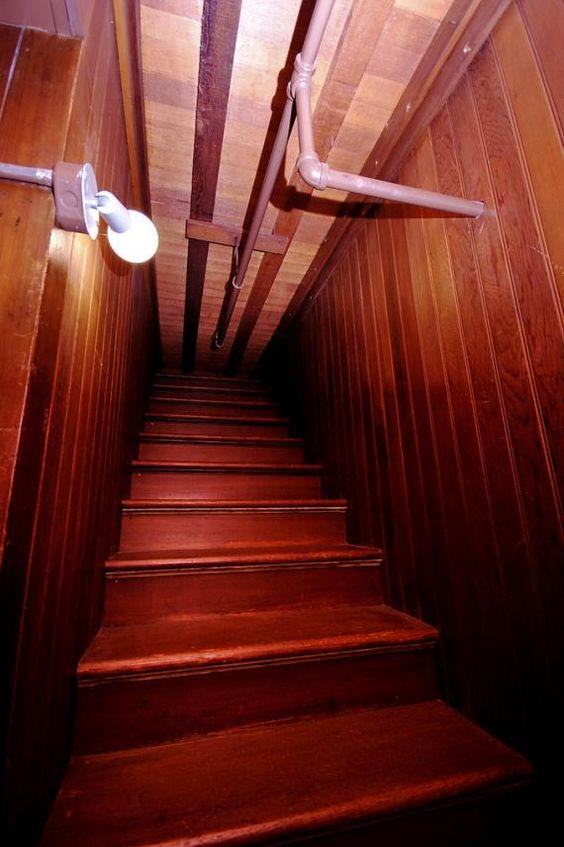Winchester Mystery House, San Jose, CA | Existuje mnoho podivných prvky, ale nejpodivnější může být schodiště, které mrtvý-končí ve stropě.
