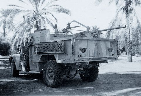 il s'agit d'un véhicule de la 1er LRDG d'origine rhodésienne juste avant la prise de Koufra par les troupes de Leclerc, lSur cette photo l'armement principal est un canon Breda de 20mm, celui ci fut largement récupéré par les troupes du commonwealth pour augmenter de façon significative leur puissance de feu, preuve de la bonne réputation de cet armement.