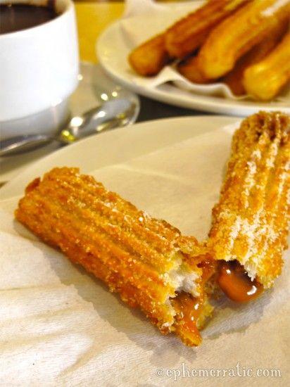 Un churro es una pastelería dougnut frito. Caramel churros rellenos se hacen con una espesa salsa de caramelo cremoso de la leche entera . Una especialidad peruana !