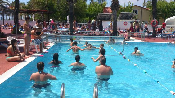 en la piscina haciendo deporte...