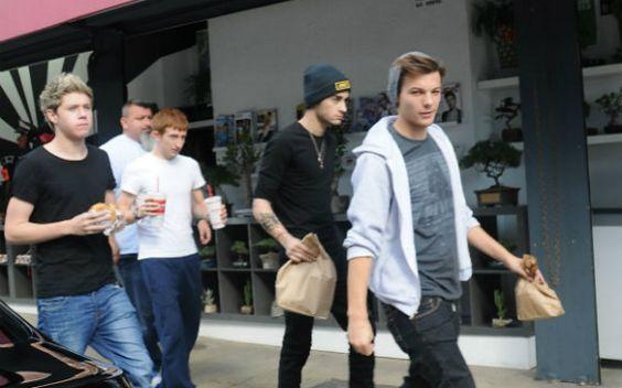 One Direction passa tarde em loja de brinquedos em Nova York! - Cliques - CAPRICHO