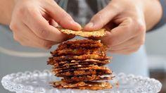 Receita com instruções em vídeo: Esses chips de cenoura, abobrinha e parmesão ficam super crocantes e são uma…