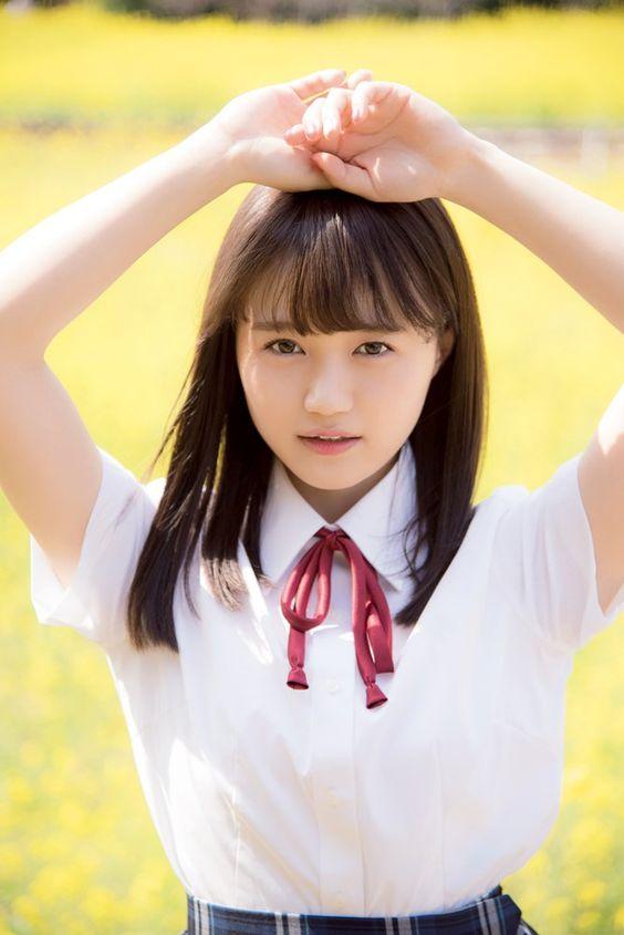 制服姿の尾崎由香さん