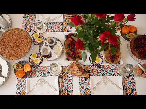 تقديم مائدة فطور الصباح بوصفات صحية كيكة الفواكة والشوكولاتة بان كيك حرشة الشعير صلصة الفواكه Youtube In 2021 Table Settings
